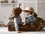 Dos niños inquietos jugando
