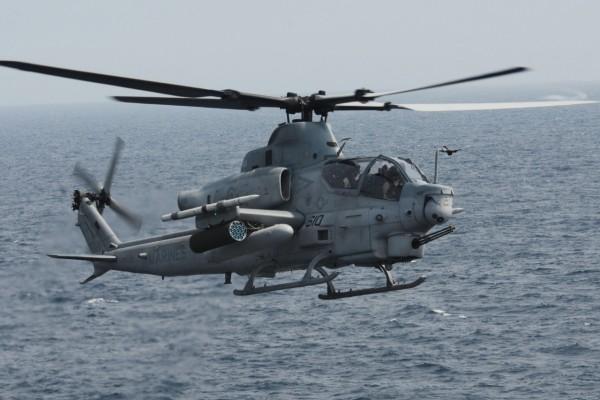 Helicóptero Bell AH-1Z Viper volando sobre el mar