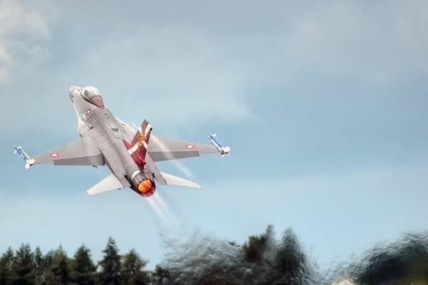 Caza F-16C Fighting Falcon despegando
