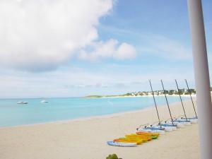 Postal: Embarcaciones en la arena de una bonita playa