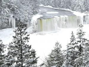 Cascada en un río helado