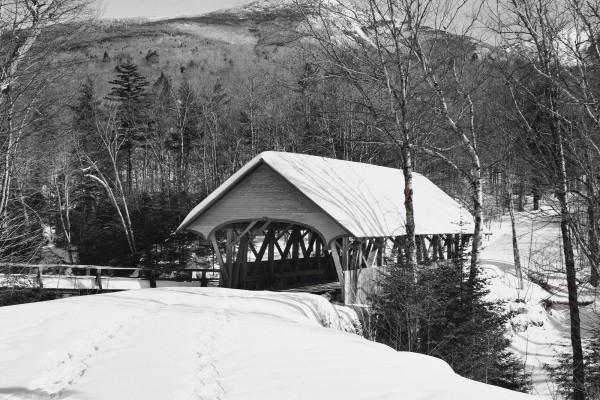 Nieve en el techo de un puente cubierto