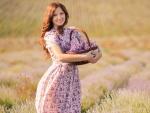 Atractiva mujer con un canasto con flores