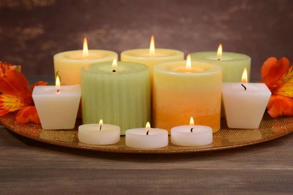 Variedad de velas encendidas