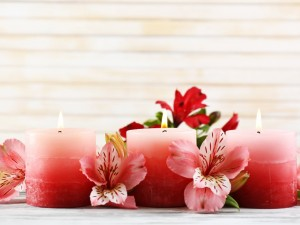 Exquisitas flores y velas rosas encendidas