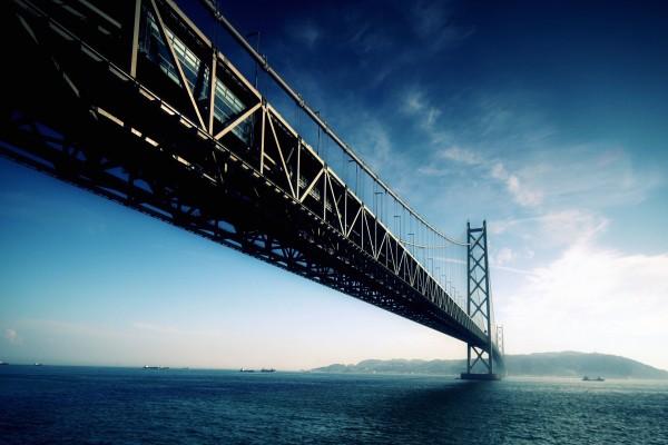 Barcos bajo un gran puente