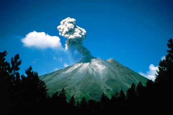 Humo saliendo del cráter del volcán
