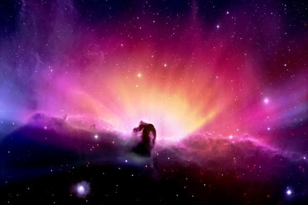 Estrellas, nebulosas y luces de colores en el espacio