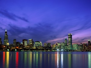 Cielo azulado en el anochecer de la gran ciudad