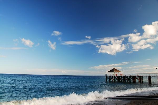 Muelle solitario junto al mar