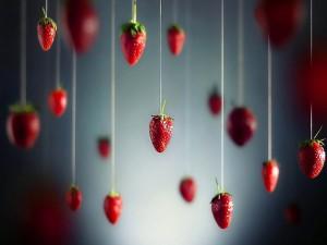 Postal: Fresas colgando de un hilo