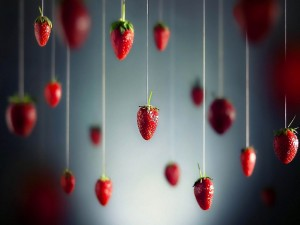Fresas colgando de un hilo