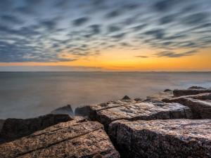 Postal: Inmensas piedras junto al mar