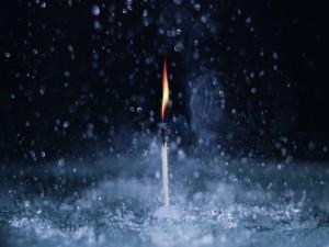 Una cerilla encendida bajo la lluvia