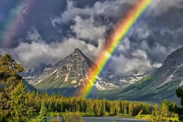 Un gran arcoíris junto a las montañas