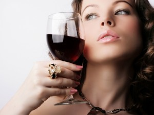 Hermosa mujer con una copa de vino tinto