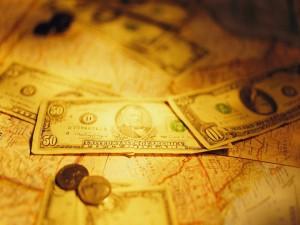Dólares sobre un mapa