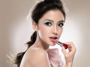 Postal: Mujer dando color a sus labios