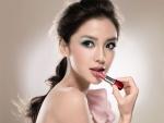 Mujer dando color a sus labios