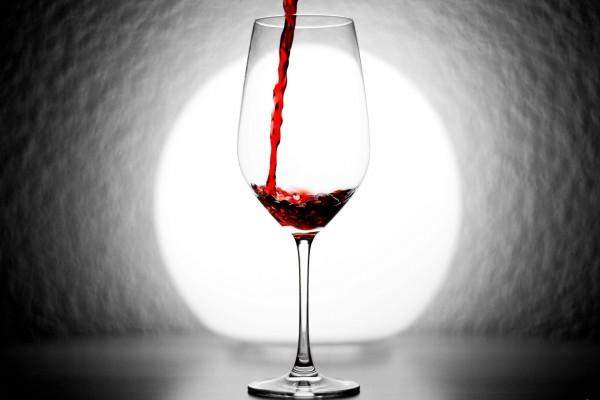 Llenando una copa con vino tinto
