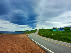 Casas de colores junto a la carretera de la costa