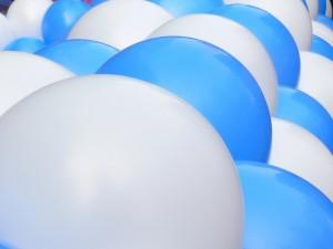 Globos blancos y azules