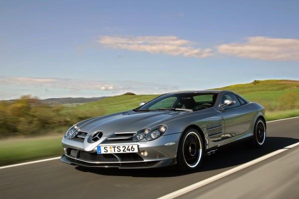 Mercedes circulando por una carretera