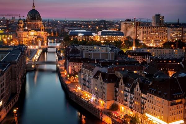 Vista del río y la ciudad al esconderse el sol