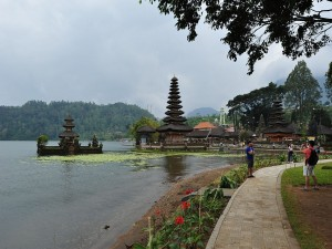 Postal: Turistas en el templo Pura Ulun Danu Bratan
