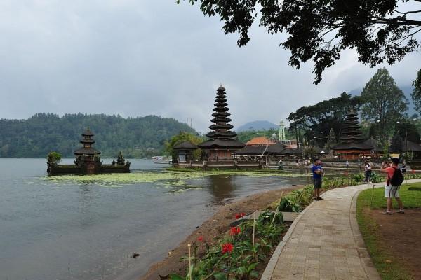 Turistas en el templo Pura Ulun Danu Bratan