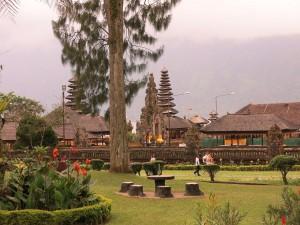 Postal: Elegantes jardines en Pura Ulun Danu Bratan (Bali )