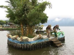 Estatuas de dragones en un islote del Templo Pura Ulun Danu Bratan (Bali)
