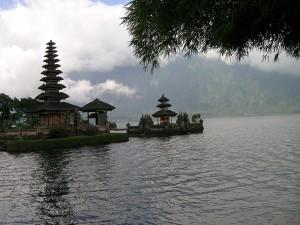 Postal: Niebla en el lago Bratan