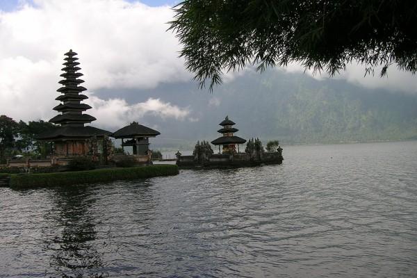 Niebla en el lago Bratan