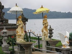 Postal: Sensacionales estatuas en Pura Ulun Danu Bratan (Bali)