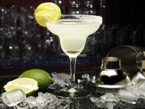 Postal: Cóctel Margarita con rodajas de limón en el borde de la copa