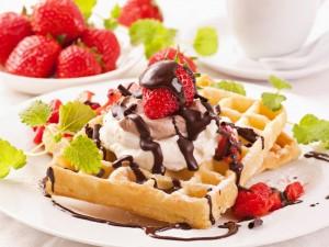 Riquísimos gofres con helado, fresas y chocolate para deleitarse