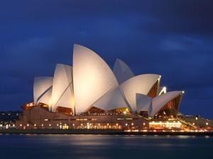 Edificio de la Ópera de Sídney iluminado en la noche