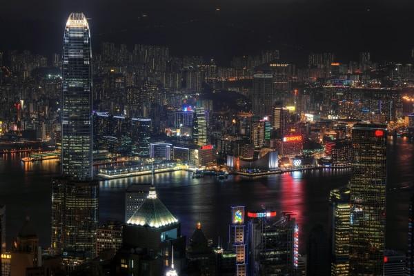 Luces en la noche de una gran ciudad
