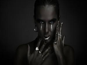Mujer con lagrimas plateadas