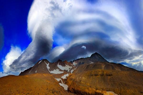 Formación nubosa sobre las montañas