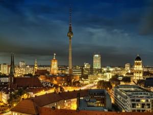 Edificios iluminados en la noche de Berlín