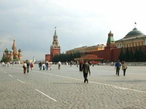 Turistas en la espectacular Plaza Roja de Moscú