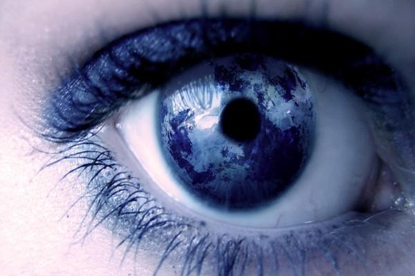 Mapamundi en el ojo de una mujer