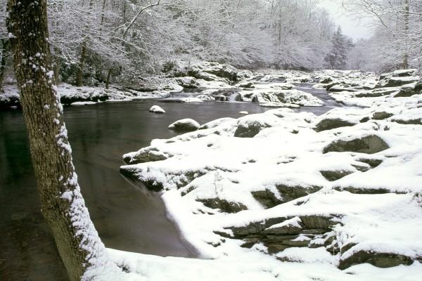 Nieve cubriendo las orillas del río