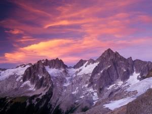 Bonito cielo sobre unas impresionantes montañas