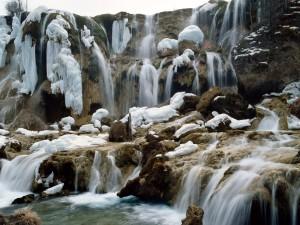 Nieve sobre las rocas de la cascada