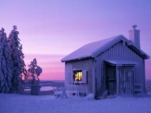 Una cabaña cubierta de nieve helada