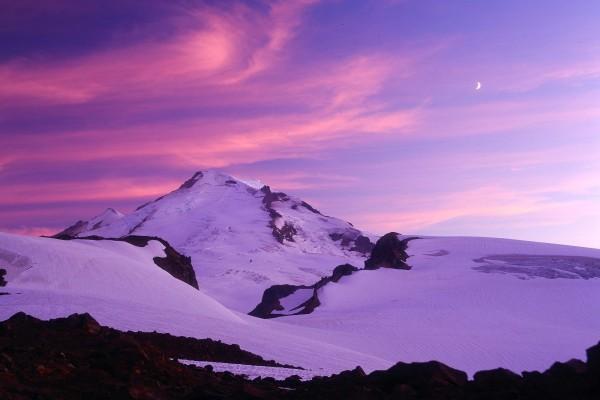 La luna sobre una gran montaña blanca