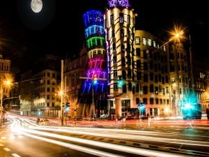 Brillante luna sobre los edificios de Praga